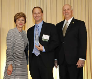 Tampa attorney David Bulluck is flanked by USF President Judy Genshaft and USF Alumni Association Board of Directors Chairman Monty Weigel